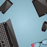 Miejsce pracy z multimedialnymi przyrządami Laptop, mądrze szkła, mądrze ilustracja wektor