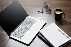 Miejsce pracy z otwartym laptopem, akcesorium na biuro stole Odgórnego widoku i kopii przestrzeń zdjęcia royalty free
