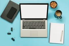 Miejsce pracy z otwartym laptopem, akcesorium na biurowym błękita stole Odgórnego widoku i kopii przestrzeń fotografia stock