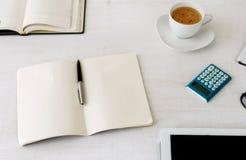 Miejsce pracy z otwartym notatnikiem z pustymi stronami Obraz Stock