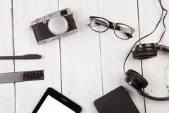 miejsce pracy z pastylka komputerem osobistym, kamera, hełmofony, szkła, kiesa, ru Zdjęcie Stock