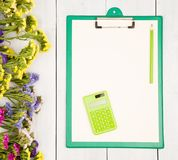 Miejsce pracy z zielonym schowkiem, pusty koloru żółtego papier, kalkulator, Fotografia Royalty Free