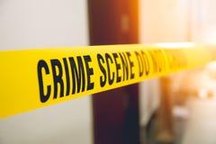 Miejsce przestępstwa taśma w frontowego pokoju drzwi z racą Obrazy Stock