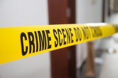 Miejsce przestępstwa taśma w frontowego pokoju drzwi z zamazanym tłem Obrazy Royalty Free