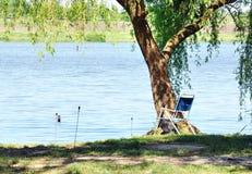 Miejsce rybak na brzeg pod wierzbowym drzewem. Zdjęcia Stock