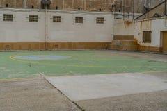 miejsce spoczynku dla więźniów w więźniarskim jardzie obok koszykówki pola obraz royalty free