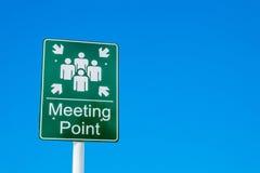 Miejsce spotkania zieleni znak przeciw niebieskiemu niebu fotografia royalty free