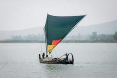 Miejscowa żeglowanie łódź na Lemro Rzecznej dolinie przy Mrauk U okręgiem, Zdjęcie Royalty Free