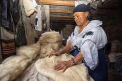 Miejscowa kobieta w rzemieślnika kapeluszowym sklepie Ekwador Obraz Royalty Free