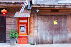 Miejscowego ATM stacja w chodzącej ulicie Obraz Royalty Free