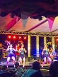Miejscowego koncert z tajlandzką dziewczyny grupą tanczy Świątynnego wydarzenie w b obrazy royalty free
