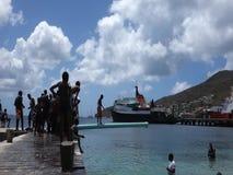 Miejscowi chodzi smarującego słupa przy dorocznym wydarzeniem w dowietrznych wyspach zbiory