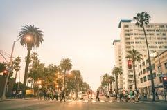 Miejscowi i turyści chodzi na oceanie Ave w Snata Monica obrazy stock