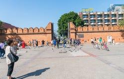 Miejscowi i turyści przechodzą przez Pratu Tha phae Parkowy outside t Obrazy Royalty Free