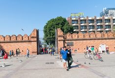 Miejscowi i turyści przechodzą przez Pratu Tha phae Parkowy outside t Zdjęcia Royalty Free