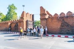 Miejscowi i turyści przechodzą przez Pratu Tha phae Parkowy outside t Obrazy Stock