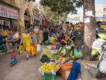Miejscowi i turystyczny spacer w kolorowym rynku Devaraja wprowadzać na rynek Obrazy Stock