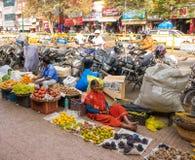 Miejscowi i turystyczny spacer w kolorowym rynku Devaraja wprowadzać na rynek Zdjęcie Royalty Free