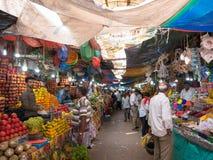 Miejscowi i turystyczny spacer w kolorowym rynku Devaraja wprowadzać na rynek Zdjęcia Royalty Free