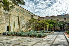 Miejscowi odpoczywa w ogródzie poprzedni monaster i kościół obrazy royalty free
