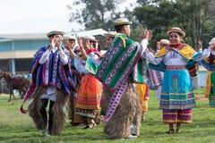 Miejscowi tancerze jest ubranym colourful tradycyjną odzież Zdjęcia Stock