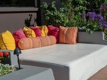 Miejscowości nadmorskiej plenerowy daybed, poduszki przygotowywający dla lounging przy poolside i obraz stock