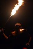 Miejscowy Fijian mężczyzna trzyma pochodnię podczas pożarniczego tana obrazy stock