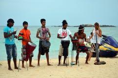 MIEJSCOWY plaży zespołu spełnianie W SRI LANKA Obraz Royalty Free