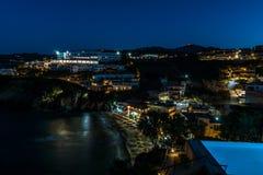 Miejska plaża przy Mononaftis wioską w wieczór zaświeca Obrazy Stock