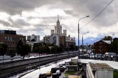 miejski krajobrazu Widok rzeczny Yauza i swój bulwary na deszczowym dniu, Moskwa, Rosja zdjęcie royalty free