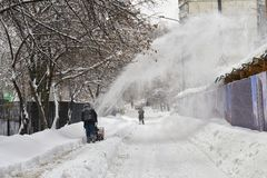 Miejski pracownik usuwa śnieg od Moscow ulicy używać śnieżną dmuchawę Obrazy Royalty Free