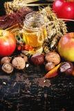 Miel, écrous et pommes Photos stock