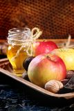 Miel, écrous et pommes Image stock