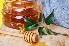 Miel, abeja, aún vida, cuchara, palillo Imagen de archivo