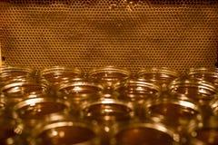 Miel amarilla de oro en el tarro de cristal en textspace vacío del marco de los comp del espacio de la copia del primer del table Imágenes de archivo libres de regalías