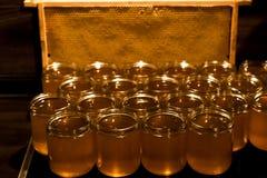 Miel amarilla de oro en el tarro de cristal en textspace vacío del marco de los comp del espacio de la copia del primer del table Imagenes de archivo
