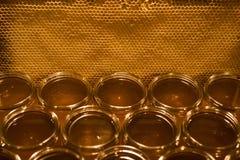 Miel amarilla de oro en el tarro de cristal en textspace vacío del marco de los comp del espacio de la copia del primer del table Foto de archivo libre de regalías
