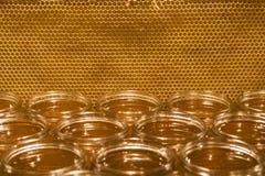 Miel amarilla de oro en el tarro de cristal en textspace vacío del marco de los comp del espacio de la copia del primer del table Foto de archivo