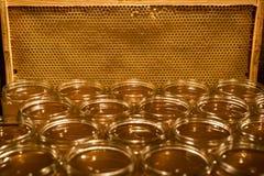 Miel amarilla de oro en el tarro de cristal en textspace vacío del marco de los comp del espacio de la copia del primer del table Fotografía de archivo libre de regalías