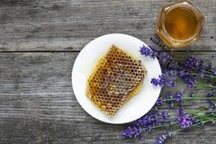 Miel avec des fleurs et des nids d'abeilles de lavande sur la table en bois rustique Nourriture saine photos stock