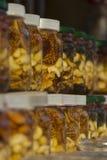 Miel avec des fruits secs aux côtés Images stock