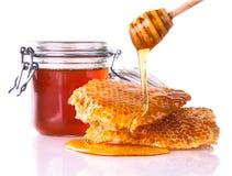 Miel avec le nid d'abeilles, d'isolement sur le fond blanc Photographie stock