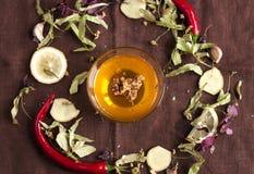 Miel avec le nid d'abeilles dans un bol en verre, Image stock