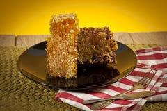 Miel avec le nid d'abeilles sur la table Photos stock