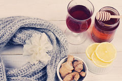 Miel caliente del jengibre del limón del té de la bufanda de punto caliente de la mujer en el fondo de madera blanco Concepto del Fotografía de archivo libre de regalías