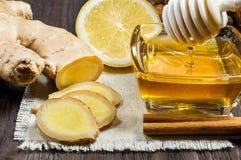 Miel, citron et gingembre - additifs utiles au thé et aux boissons photo stock