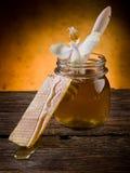 Miel con cera de abejas y la flor Imagenes de archivo