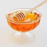 Miel con el cazo de madera de la miel en el tarro de cristal Imágenes de archivo libres de regalías