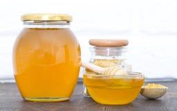Miel con el cazo de madera de la miel foto de archivo