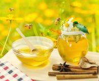 Miel con el fondo de la abeja y de la flor Fotografía de archivo